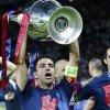 Xavi a primit trofeul Ligii Campionilor de la presedintele UEFA, Michel Platini